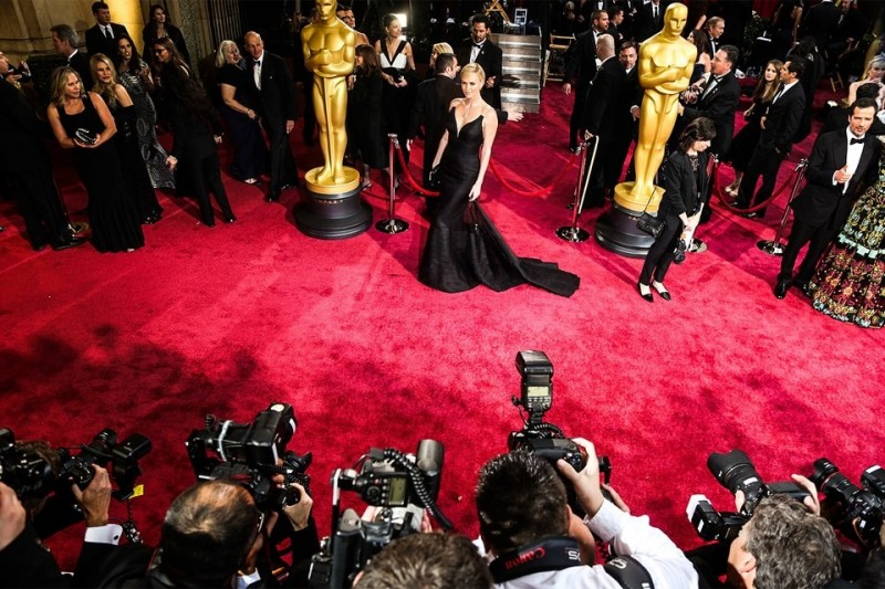 charlize-theron-oscars-red-carpet-photographers.jpg